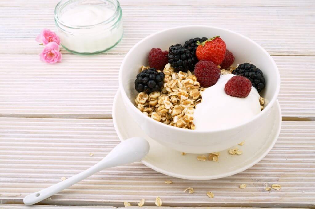 Обычный йогурт с фруктами